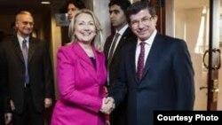 АҚШ Давлат котиби Ҳ.Клинтон ва Туркия ТИ вазири А.Довутўғли, Истанбул, 2012 йил 1 апрел.