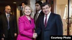 """АКШ Мамкатчысы Хиллари Клинтон жана Түркия тышкы иштер министри Ахмед Давутоглы """"Сирия достору"""" тобунун жыйынында."""