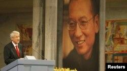 Преседавачот на Нобеловиот Комитет Торнбјорн Јагланд на доделувањето на наградата во Осло 10.Декември 2010