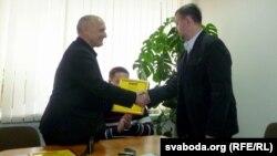 Барыс Пятровіч уручае прэмію Ігару Бабкову.