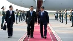 Китайский лидер Си Цзиньпин (слева) с президентом Кыргызстана Сооронбаем Жээнбековым во время визита в Бишкек, июнь 2019 года.