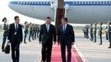Kineskog predsjednika Si Đinpinga dočekao je njegov kirgistanski kolega Soronbaj Ženbekov tokom prošlogodišnje državne posjete Biškeku.