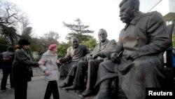 Монумент лидерам «Большой тройки» в Ливадии