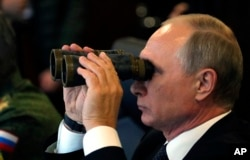 """Владимир Путин наблюдает за учениями """"Запад"""" на полигоне в Луге под Санкт-Петербургом"""