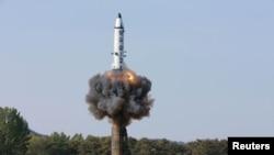 Түндүк Корея баллистикалык ракета сынаган учур. 22-май, 2017-жылы таратылган сүрөт.