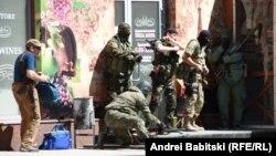 ارتش به شورشیان هوادار روسیه (در تصویر گروهی از آنها در روز دهم اردیبهشت در دونتسک) ساعتی پس از پایان آتشبس حمله کرده است