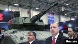 Recep Tayyip Erdoğan İstanbulda IDEF'15 beynəlxalq müdafiə sənayesi sərgisində - 5 may 2015.