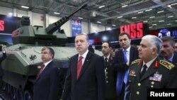 R.T.Erdoğan İstanbulda IDEF-15 beynəlxalq müdafiə sənayesi sərgisində.