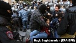 Затримання учасниці антиурядових протестів в Єревані, 19 квітня 2019 року