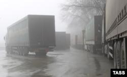 Українські фури, які прямують транзитом до Казахстану, зупинені на території багатостороннього автомобільного пункту пропуску «Гоптівка» у Росії, 15 лютого 2016 року