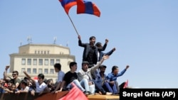 Сторонники оппозиции на митинге на площади Республики в Ереване. 2 мая 2018 года.
