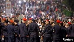 Полиция сдерживает демонстрантов возле здания правительства в Аммане.