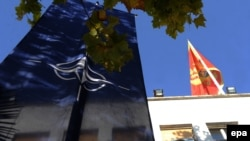 Zastave NATO-a i Crne Gore okačene na zgradi Parlamenta Crne Gore, Podgorica, 2. decembar 2015.