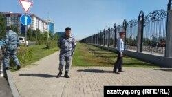 Полицейские у территории, где находится канцелярия первого президента Казахстана Нурсултана Назарбаева. Нур-Султан, 10 июля 2019 года.