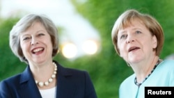 ترزا می (چپ) در دیدار با آنگلا مرکل، صدراعظم آلمان