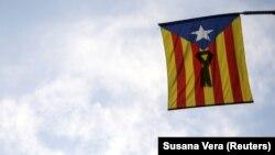 Сепаратистський прапор Каталонії з чорною стрічкою, Барселона, 11 жовтня 2017 року
