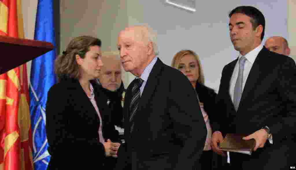 МАКЕДОНИЈА - В среда во Виена најверојатно ќе има нова средба на министрите за надворешни работи на Македонија и на Грција со посредникот во спорот за името Метју Нимиц. Кај дел од аналитичарите се уште има оптимизам за можно решение до јуни.