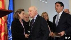 Медијаторот Метју Нимиц со министерот за надворешни работи, Никола Димитров.