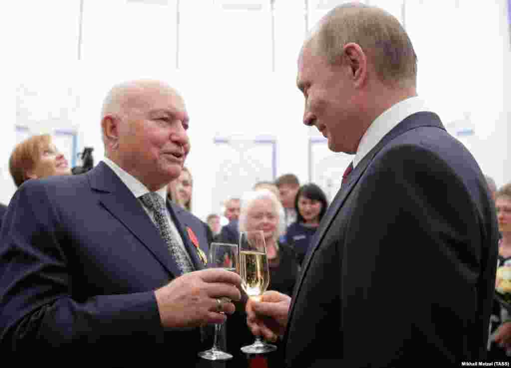 У вересні 2016 року, через шість років після звільнення Лужкова, Путін нагородив його орденом за «За заслуги перед Вітчизною». Цю нагороду колишній мер Москви описав як знак того, що його стосунки з російським керівництвом налагоджуються