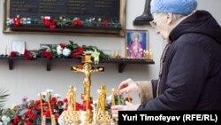 """В траурном мероприятии участвовали близкие погибших и пострадавших зрителей мюзикла """"Норд-Ост"""", а также родственники жертв терактов на улице Гурьянова и Каширском шоссе в Москве, теракта в Беслане, взрыва дома в Волгодонске"""