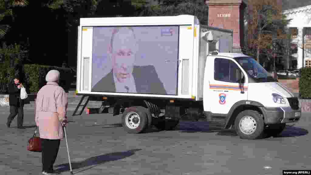 Yalta yalı kenarında Vladimir Putin matbuat-konferentsiyasınıñ yayınlavı, 2015 senesi dekabr 17 künü