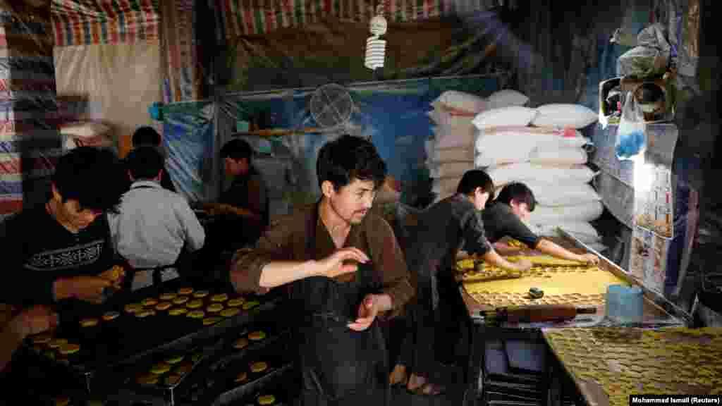 Кабулдағы шағын наубайханада ауызашарға арнап, печенье әзірлеп жатқан ер адам.