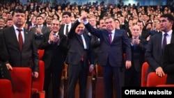 Шавкат Мирзиёев и Эмомали Рахмон после концерта деятелей искусств Таджикистана и Узбекистана в Душанбе, март 2018 года