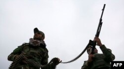 مقاتلان من الحشد الشعبي خلال حصار لداعش في محافظة صلاح الدين
