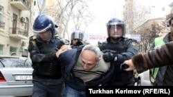 Polis müxalifətin keçirdiyi etiraz askiyası iştirakçılarından birini saxlayır, 2 aprel 2011