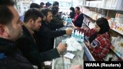 داروخانهای در تهران؛ خرید ماسک و ژل ضدعفونی کننده برای پیشگیری از کرونا