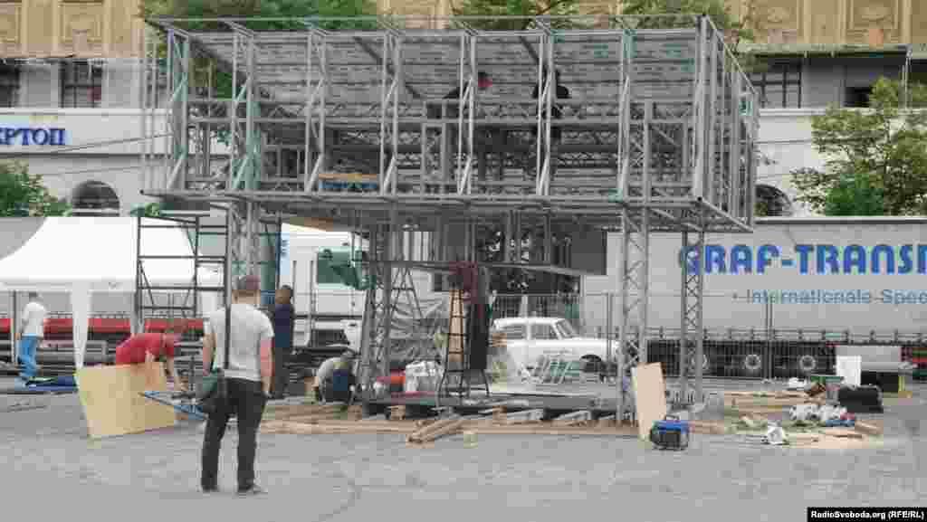 У фан-зоні на площі Свободи монтують намети спонсорів єврочемпіонату (фото О. Овчинникова)