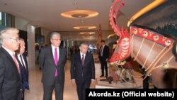 Президент Казахстана Касым-Жомарт Токаев и его узбекистанский коллега Шавкат Мирзияев на церемонии открытия Года Казахстана в Узбекистане. Ташкент, 15 апреля 2019 года.