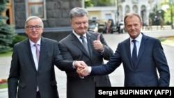 Жан-Клод Юнкер, Петро Порошенко і Дональд Туск (л -> п) перед початком саміту, Київ, 13 липня 2017 року