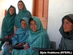 Ученицы в школе в Пакистане, которой помогал американский писатель Грег Мортенсон.