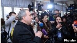 Արխիվ – Նախագահի ընդդիմադիր թեկնածու Հրանտ Բագրատյանը քվեարկելուց հետո ընտրատեղամասում պատասխանում է լրագրողների հարցերին, Երևան, 18-ը փետրվարի, 2013թ․