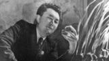 В Алматы Каныш Сатпаев переехал из Жезказгана в 1941 году. В некоторых источниках сообщается, что инициатором переезда был 2-й секретарь ЦК Компартии Казахстана Жумабай Шаяхметов. К моменту переезда Сатпаев уже был известным в стране и за ее<br /> пределами ученым, прежде всего благодаря открытию огромного месторождения меди в районе Жезказгана, за что был награжден высшей наградой СССР – орденом Ленина.<br /> <br /> На фото – Каныш Сатпаев в 1944 году. Он рассматривает образец руды. Фото опубликовано в энциклопедии «Каныш Сатпаев» (Алматы, 2013).<br />