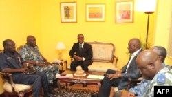 Претседателот Аласан Оуатара и членови на новиот владин состав
