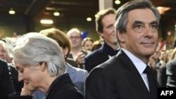 Кандидат в президенты Франции от правоцентристов Франсуа Фийон (справа) и его жена Пенелопа. Париж, 29 января 2017 года.