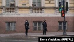 Жительница Петербурга и полицейский, 28 апреля