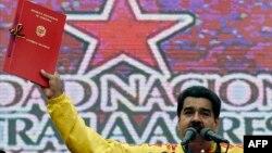 "Николас Мадуро с ""Уполномочивающим актом"" в руках. 15 марта 2015 года"