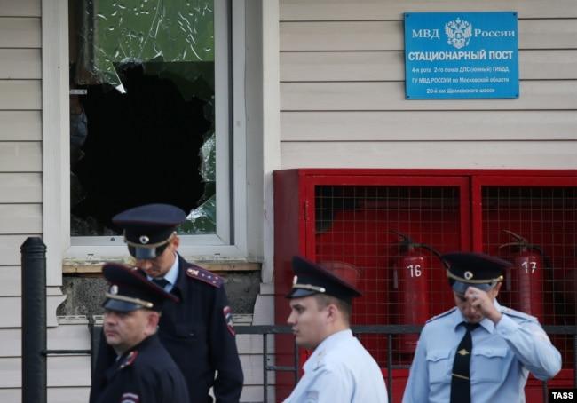 Полиция бөлімін күзетіп тұрған полицейлер. Мәскеу облысы, 17 тамыз 2016 жыл.