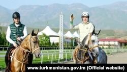 Президент Туркменистана Гурбангулы Бердымухамедов (справа) с сыном Сердаром.