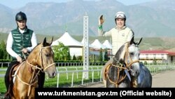 Түркіменстан президенті Гурбангулы Бердімұхаммедов ұлы Сердармен серуендеп жүр.