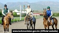 Президент Туркменистана Гурбангулы Бердымухамедов (в центре) с сыном Сердаром (слева) и внуком Керимгулы.