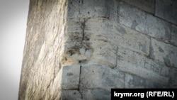 Каменная кладка обелиска на горе Митридат в Керчи
