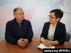 Политолог Ерлан Саиров и журналист Гульмира Каракозова в эфире программы AzattyqLIVE. Астана, 5 февраля 2019 года.