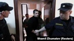 Ukrajinski mornat Andrii Artemenko prije početka saslušanja o produženju pritvora