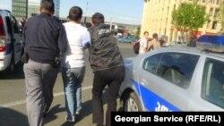 პოლიცია აკავებს აქციის მონაწილეს. თბილისი, 2013 წლის 1 მაისი