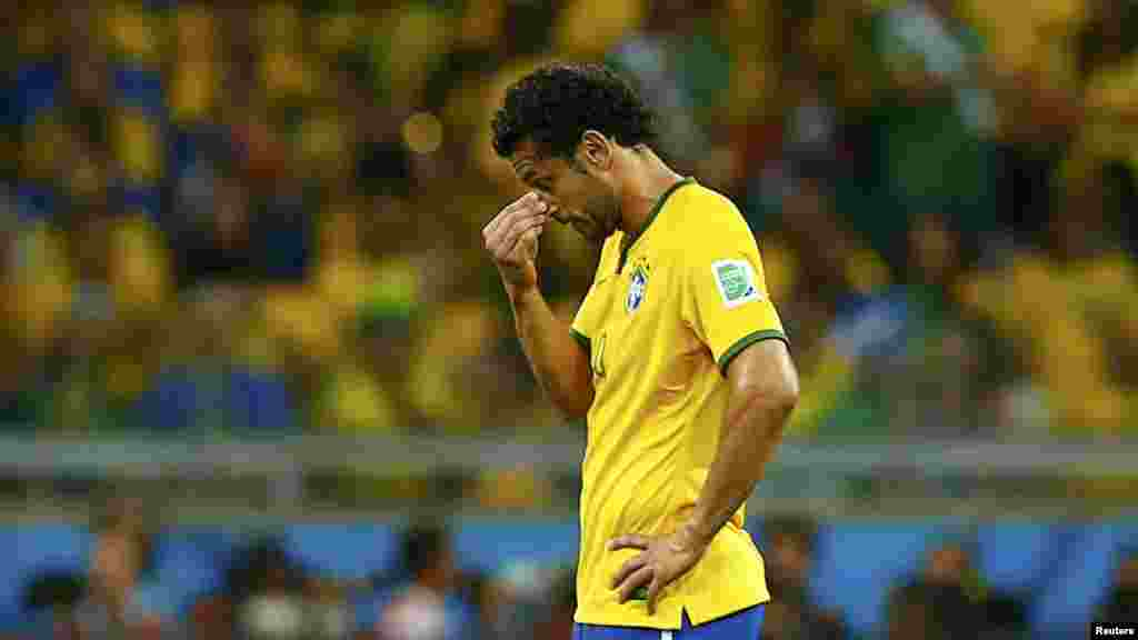 Бразилия құрамасы ойыншысы Фред қақпасына бесінші доп кіргеніне алаңдап жүр.
