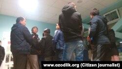 Узбекские трудовые мигранты стоят в очереди на контрольно-пропускном пункте «Погар» на российско-украинской границе. Архивное фото.